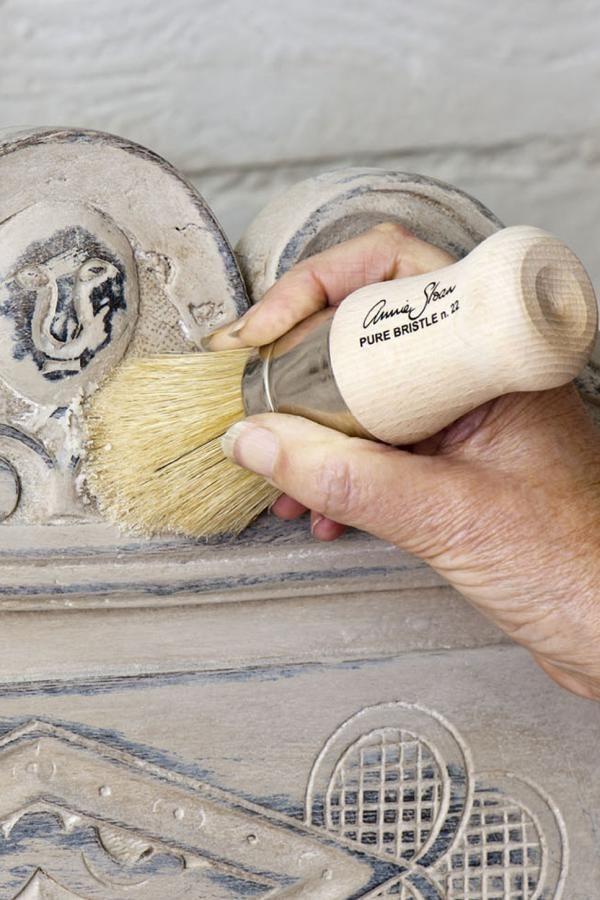 La cire molle Annie Sloan est bien différente de ce que l'on connait des autres cires standards pour meubles. Souvent les gens ont peur de se risquer à l'utiliser, mais quand on l&rsquo…