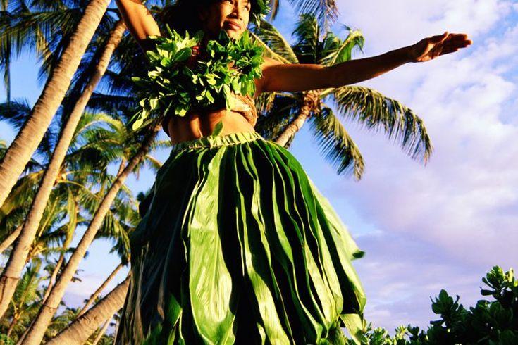 ¿Cómo se visten las chicas Hula en Hawaii?. El hula es una danza hawaiana tradicional realizada en canciones o cantos que se ven comúnmente en espectáculos en vivo, festivales y luaus (fiestas hawaianas) en todo Hawaii. Como un ritual elegante y entretenido, el hula también incluye significados ...