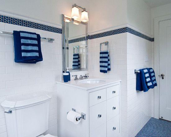 A decoração com motivos marítimos sempre foi tendência em banheiros. Há diversas maneiras de criar essa atmosfera na sua casa. Comece pelas cores: verde claro, bege e amarelo claro funcionam bem, mas a combinação azul e branco é perfeita. As louças podem ser prateadas ou douradas. ambas funcionam. Listras ajudam a reforçar o clima. Conchas, reais ou em estampas (das toalhas, das pastilhas da parede etc) e acessórios em tons neutros como nude, bege e palha também ornam muito bem.