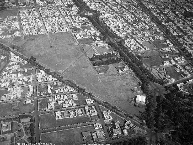Una vista aérea de 1934 donde destaca el trazo del Paseo de la Reforma, con el Ángel de la Independencia en la parte superior. Más abajo está la glorieta de Sevilla, que permaneció vacía hasta 1982, y por último se aprecia la glorieta de Lieja y Río Ródano, donde estuvo la Diana Cazadora entre 1942 y 1974, frente al edificio de la Secretaría de Salud. A la izquierda están las colonias Cuauhtémoc y Anzures, divididas por la Calzada Melchor Ocampo, hoy el Circuito Interior.