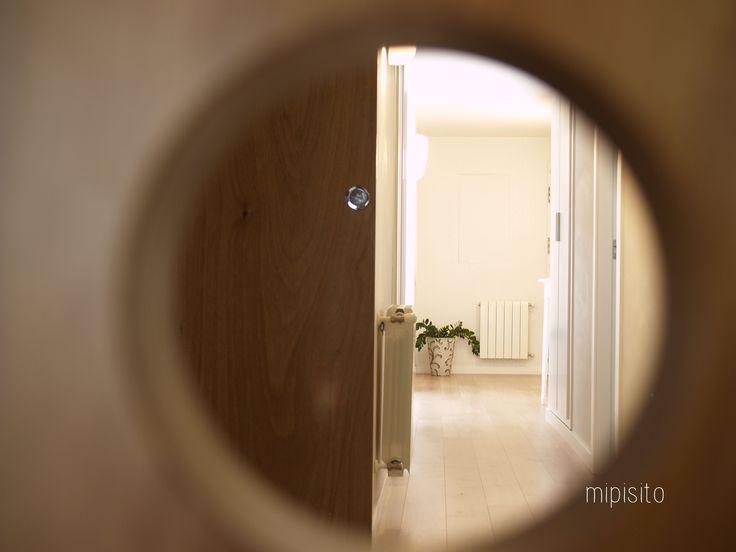 vivienda · ángel · puerta de tablero marino con perforaciones circulares
