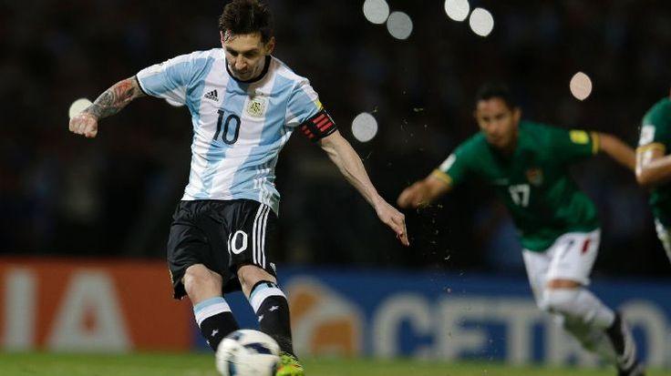 Lionel Messi mencetak gol internasional yang ke-50 untuk Argentina saat menang 2-0 di kualifikasi Piala Dunia atas Bolivia di Cordoba.