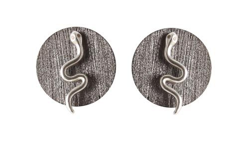 Ørestik med slange og zirkoner Til disse ørestiks skal der bruges følgende materialer:  1 par ørestiks med slange og zirkon, sterlingsølv 1 par mønt 15mm, oxideret sterlingsølv