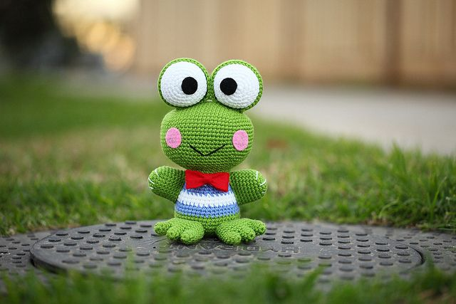 Lots of free Amigurumi patterns.  Keroppi Amigurumi by Kham Tran, via Flickr