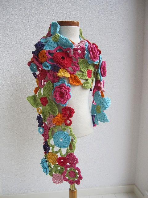 Inspiración: bufanda a base de flores planas. Esto tengo que probarlo en cuanto aprenda a empalmar puntos.