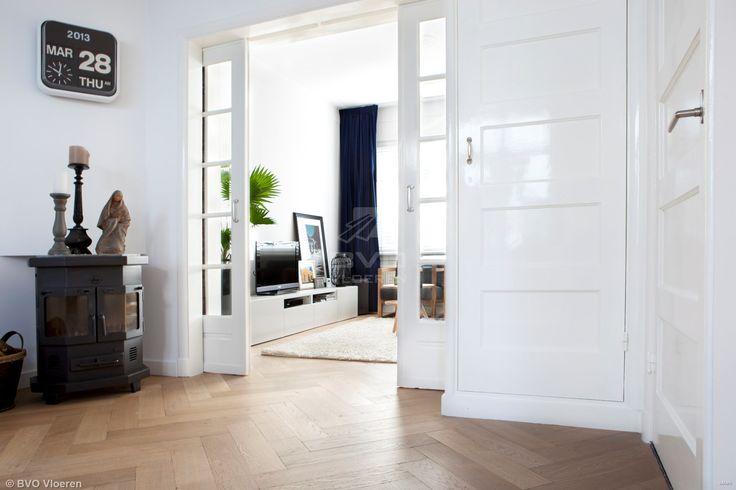 frans eiken visgraat vloer | kamer ensuite | formaat 12 x 60 cm | verouderd parket | gerookt, wit geolied | afkomstig uit private label BVO Vloeren