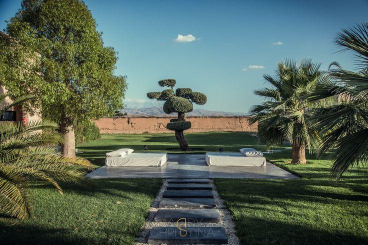 Qui n'a pas révé d'organiser un mariage à Marrakech sous un doux soleil, quelques palmiers et la brise dans les oliviers? Un cocktail sur le toit, lunettes de soleil et parasol dans le verre, avec une vue hallucinante sur les montagnes? Oui, MAIS... Oui, mais c'est compliqué, oui mais il faut organiser tout ça,…