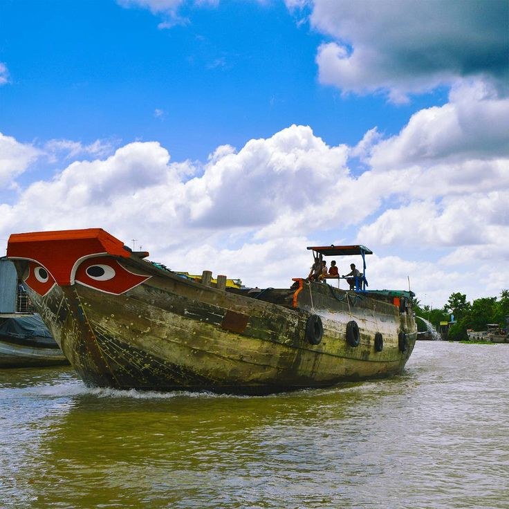 In the Meikong Delta all boats have big eyes in the front to scare away the monsters. Except for the fisher boats cos they think it also scares away the fish #boats #meikongdelta #meikong #eyes #monsters #ruralexploration #riverboat #skyporn #dramaticsky #vietnam #troubledwaters #brightcolors #nikonphotographer #nikond3300