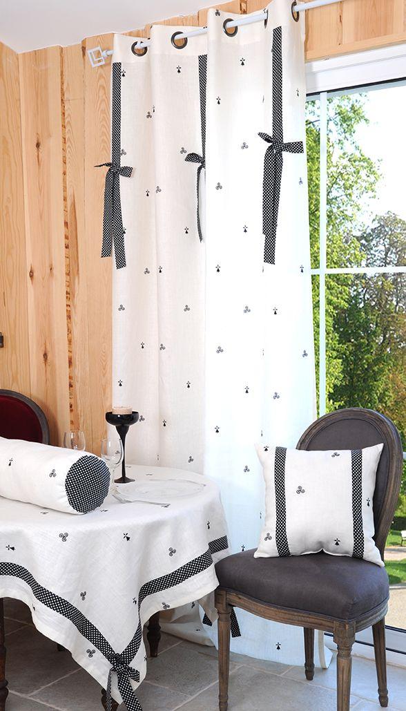 Hermine Blanc/Noir, 80% lin - 20% coton : Rideau 135 x 260 cm, Store 45 x 60 cm, Brise bise 45 x 60 cm, Coussin 40 x 40, Polochon 15 x 50 cm, Nappe 140 x 140 cm, Nappe 140 x 250 cm