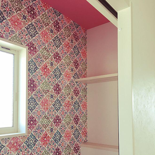 バス トイレ 天井 壁紙 派手な壁紙 ピンクの壁 などのインテリア実例
