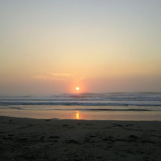 【stream_line.2014】さんのInstagramをピンしています。 《おはよう御座います😊✋ 今日の国府の浜【三角ポイント】…頭オーバークローズ…😨 無理な行動は控えて下さい❗😤 #サーフィン #サーファー#サーファーガール #イマソラ #日の出#海#空#波#波チェック#頭オーバー#クローズ#無理な行動は控えて#暑くなりそう#日焼け対策#水分補給忘れずに #ルールマナー厳守で  #お仕事の方は…今日も一日頑張りましょう❗❗💪(`・ω・´💪)》