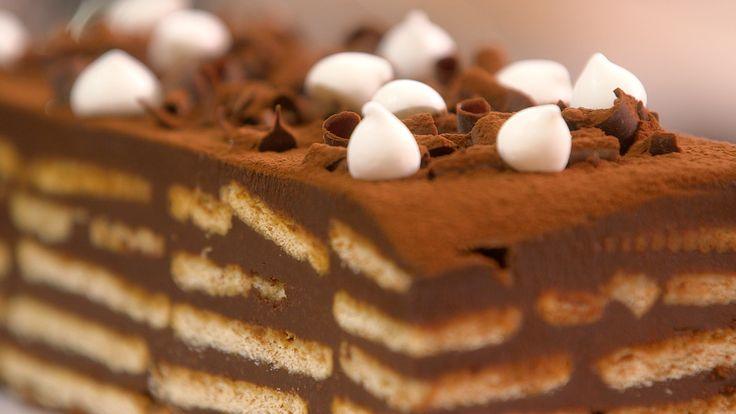Ingrédients (pour 6 pers.) – 400 g de chocolat noir à 64% de cacao – 40 cl de crème fleurette – Une vingtaine de Petit Beurre de LU – 10 cl de café fort (refroidi) – Pour la finition : des petites meringues, copeaux de...