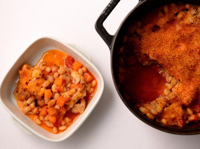 カスレ(肉と白インゲン豆の煮込み) - 小川 智寛シェフのレシピ。カスレは、肉と白インゲン豆を煮込んだフランス南西部でポピュラーな家庭料理です。 豚バラ肉は一晩塩漬けにすることで味がグッと奥深くなります。 煮て仕上げる方法と、最後にパン粉をかけてオーブンで焼く方法と2通りの食べ方があります。 ※調理時間に、豚バラ肉をマリネする時間は含みません。