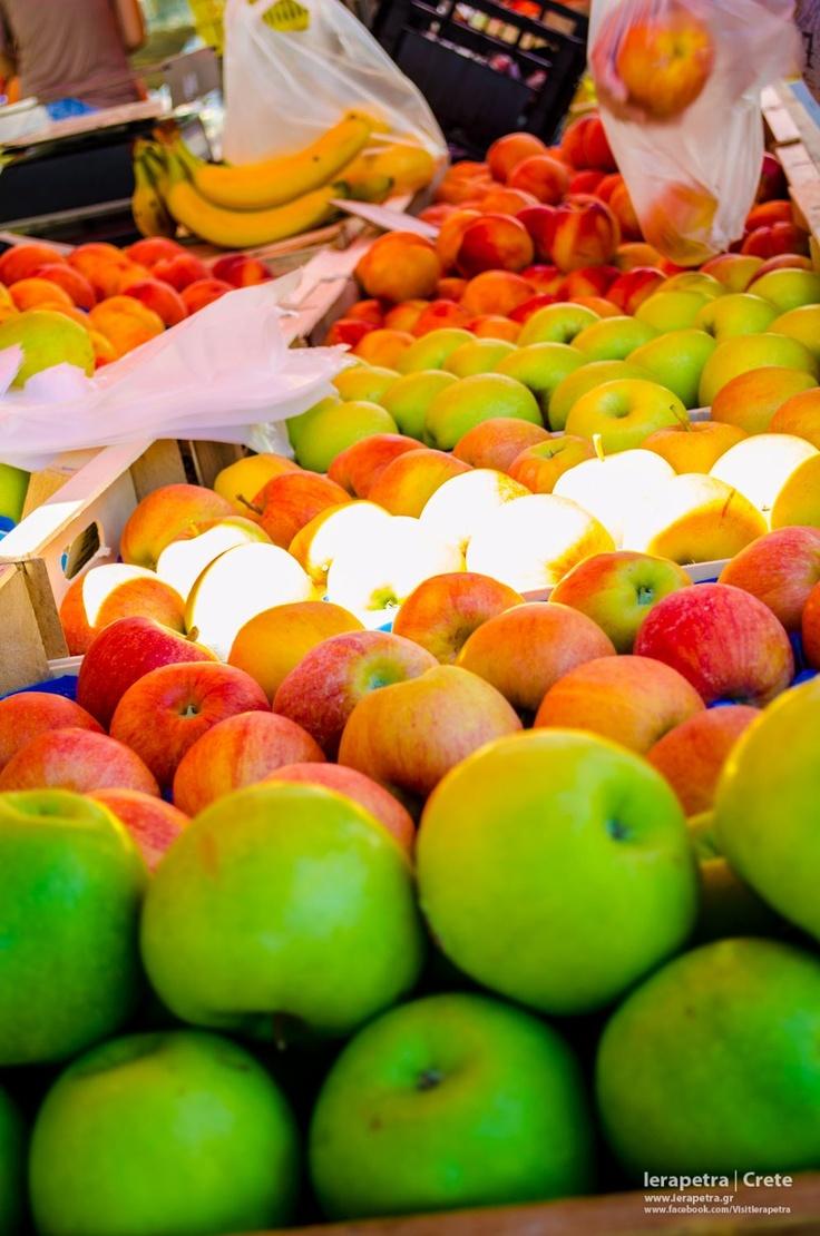 Delicious fresh apples ready for biting.Πεντανόστιμα μίλα φρέσκα έτοιμα για δάγκωμα. (CC-BY-SA 3.0)