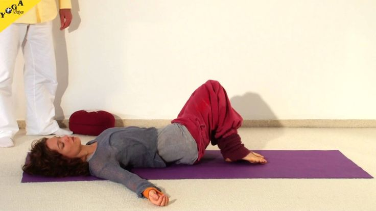 2C Yoga Vidya Anfängerkurs 2. kurzes Praxis-Video Eine 19-minütige kurze Yoga-Praxis - ideal um das in der 2. Kursstunde des 10-wöchigen Yoga Vidya Anfängerkurses Gelernte zu praktizieren. 19 Minuten für Entspannung und neue Kraft. Sukadev leitet dich an zu aufgerichtete Stehhaltung (Tatasana), Sonnengruß (Surya Namaskar), Drehung, Tiefenentspannung. Mehr Infos unter yoga-vidya.de Weitere Yoga Videos auch unter http://mein.yoga-vidya.de/video .