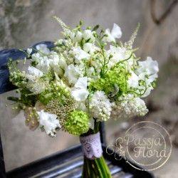 bukiet ślubny z białych i zielonych kwiatów
