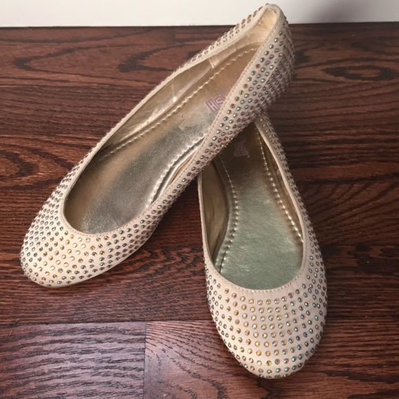 Adorable Rhinestone Nude Sparkle Flat Shoes These nude sparkle flats are adorable and are gently used in excellent condition! They go with almost anything and sparkle in the sunlight! ☀️✨✨ Any questions just ask! Brash Shoes