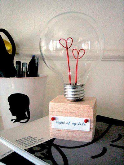 idea original para regalar en San Valentín, día de los enamorados:  una bombilla con mensaje