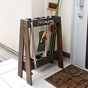 ガーデン用具をすっきりまとめて収納できる、コンパクトな木製ツールスタンドです。