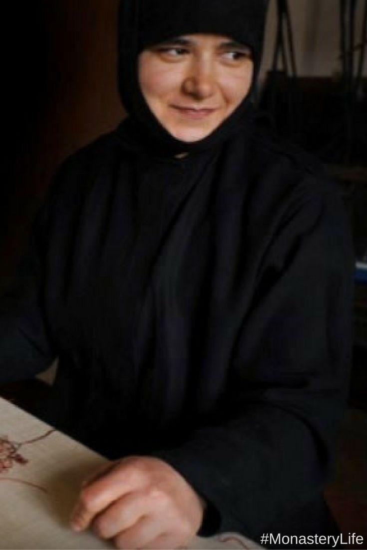 Άρθρο: Το γυναικείο μοναστήρι στην Ορμύλια Χαλκιδικής! - γα χιλιόμετρα από τα βόρεια παράλια του κόλπου της Κασσάνδρας, σε μια καταπράσινη περιοχή από ελαιώνες και αμπελώνες, ανάμεσα στις κοινότητες Βατοπεδίου και Ορμύλιας, εγκαταστάθηκε το 1974 το γυναικείο μοναστήρι του Ευαγγελισμού της Θεοτόκου, γνωστό ως μοναστήρι της Ορμύλιας. #article #ormylia #chalkidiki #female #monastery #mount #athos #products #monastiriaka #proionta #olives #olive #oil