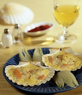 Nettoyez et émincez très finement les poireaux, faites-les cuire doucement dans 20 g de beurre, salez et poivrez. Laissez mijoter 10 minutes.   Tapissez la grille du four de papier aluminium, posez les noix de Saint-Jacques dessus. Glissez-les au milieu du four et faites-les cuire 1 à 2 minutes (selon leur grosseur) de chaque côté sous le gril assez fort : les coquilles doivent être saisies, non grillées.   Versez la crème sur les poireaux cuits, ajoutez le curry. Laissez chauffer ...