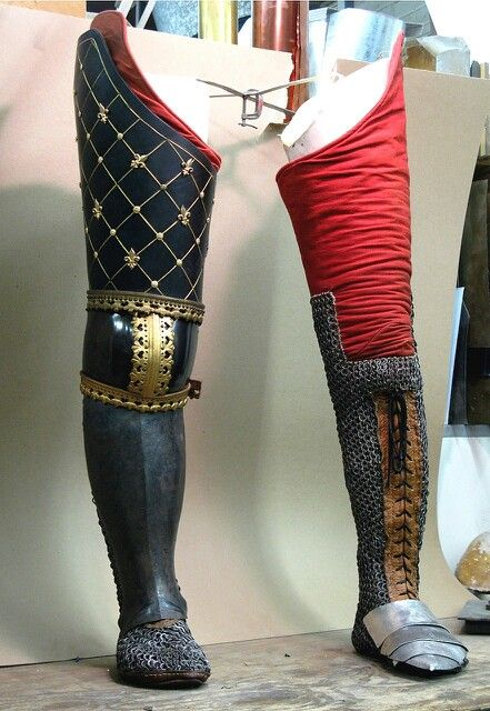 Protecciones de pierna de una armadura completa del siglo XIV (reconstrucción)