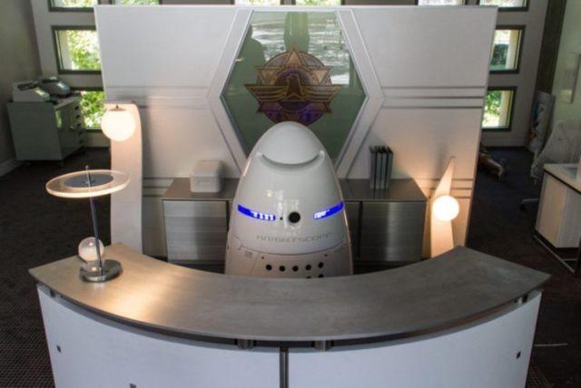 Homem bêbado ataca um dos primeiros policiais-robô do mundo