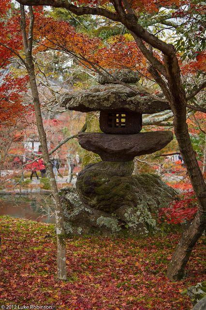Stone lantern in Eikando Temple, Kyoto | par Luke Robinson