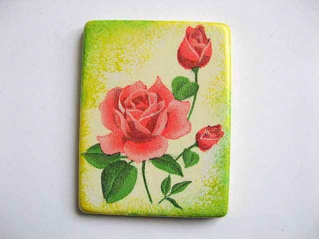 #Magnet cu #trandafiri #rosii pe #fundal #galben cu #vernil, magnet #frigider. Produs #lucrat #manual din categoria #decoratiuni pentru #casa si #gradina. Magnet din #ipsos pentru frigider. http://handmade.luxdesign28.ro/produs/magnet-cu-trandafiri-rosii-pe-fundal-galben-cu-vernil-magnet-frigider-24394/