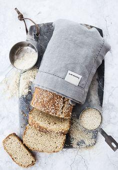 (The flour-free bread (LCHF), for english text scroll down) God morgon alla! Hade ni en bra lördag? Idag har jag ju utlovat er ett alldeles speciellt bröd recept, nämligen ett bröd utan mjöl…