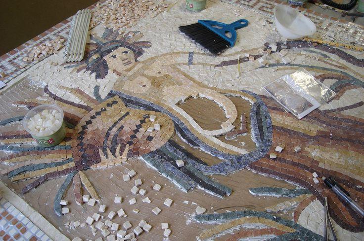 Neste modelo, são mais de 5.500 tesselas de mármore e granitos italianos.