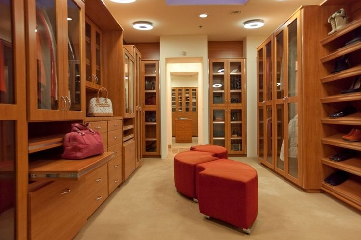 Dream Master Bedroom Closet ankleidezimmer-einrichten-modern-hocker-glas-vitrinenschrank
