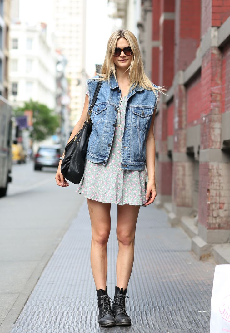 Street Chic New York Short Dress And Denim Jacket Streetstyle Style Fashion Boots Modans