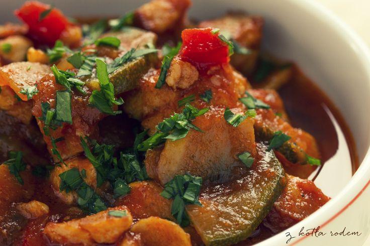 Leczo z mięsem drobiowym - kiedy za oknem chłodny i mrozy to znaczy, że nadszedł czas na gorące danie jednogarnkowe z dużą ilością mięsa, kiełbasy i warzyw! :-) #leczo