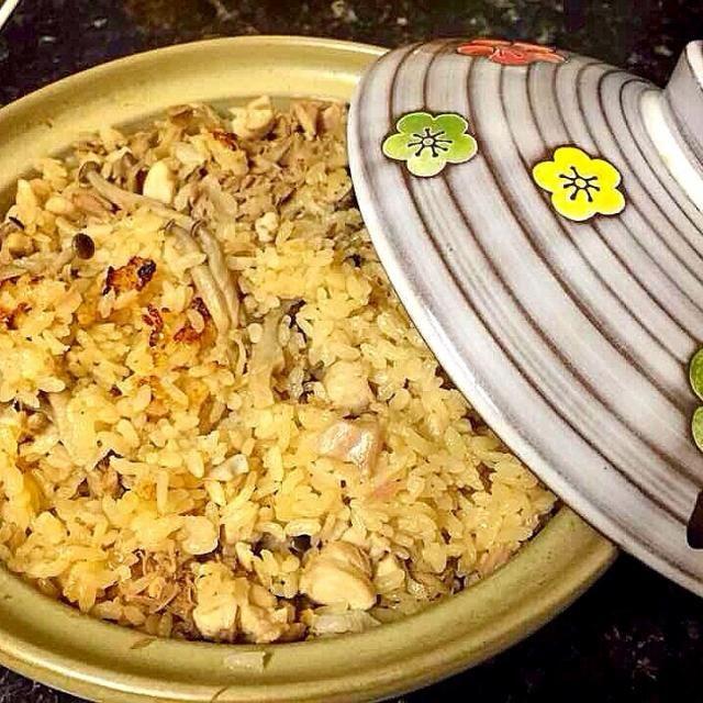 炊飯器がないので土鍋で◡̈*♡三つ葉散らしたかったけど売ってない...ツナ缶はなくても美味しいのでお好みで。こちらはきのこ類がマッシュルームばかりで困ります。。。 - 3件のもぐもぐ - 土鍋で炊き込みご飯♡ by mariesly2009