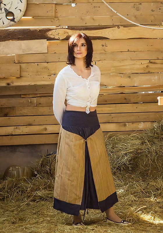 Двойняшка,  так как  это  две юбки в одной) Вшитые в боковые швы полотна совмещенного цвета  дают возможность делать основной цвет юбки или бежево-коричневым, или джинсовым! Завязки делают полы приспущенными или (если обернуть их вокруг талии) полностью запахнутыми и юбка превращается в прямую. Пояс у нее их широкой полосы трикотажа синего цвета (идеально подобран под джинсу), что позволяет носить ее девушкам от 46 до 52