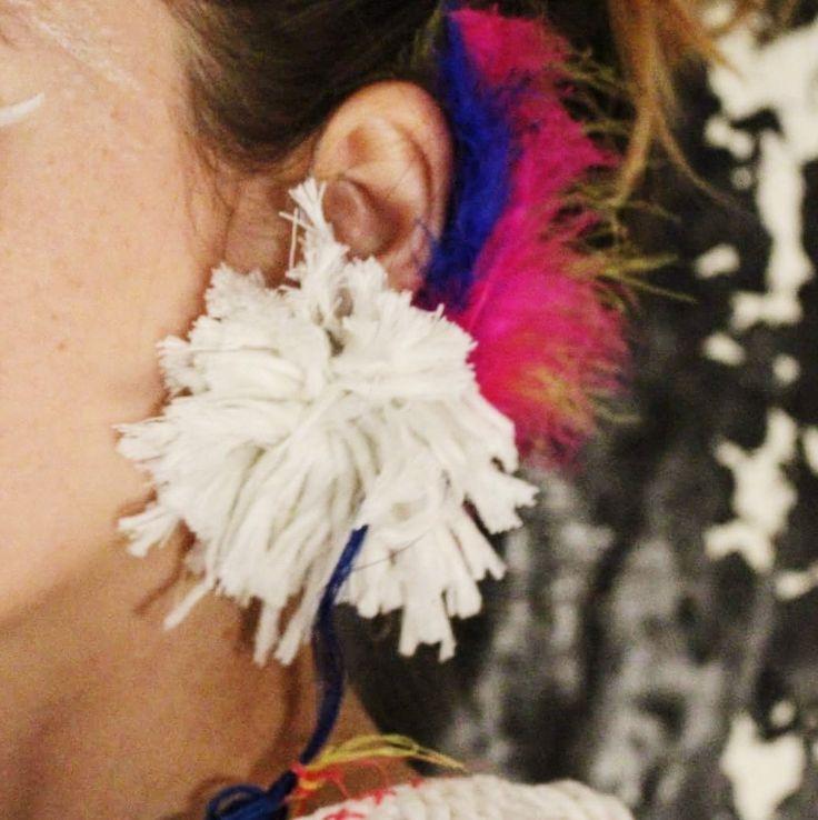 Detail oorring + earcuff. Earcuff gebaseerd op vishaak + lokaas.