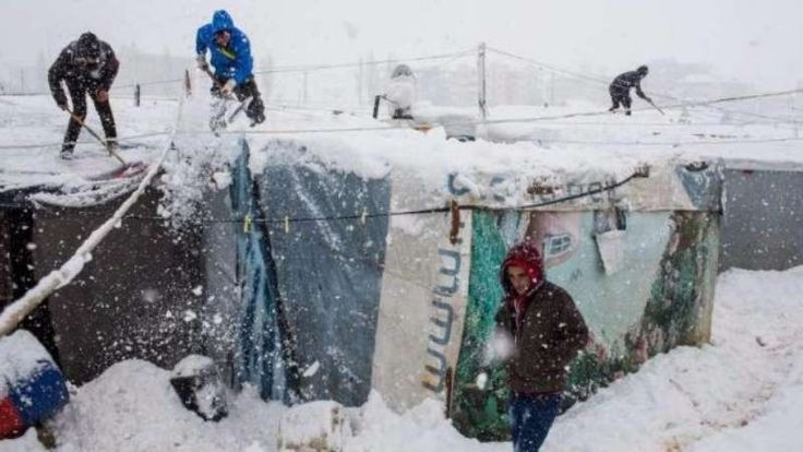 Pengungsi dari Aleppo timur dilanda badai Salju di Idlib 70 kamp runtuh  IDLIB (Arrahmah.com) - Sebanyak 70 tenda pengungsi runtuh pada Jum'at (23/12/2016) di Harem Idlib karena salju tebal koresponden Orient News melaporkan.  Hujan salju yang lebat dan suhu beku telah memperburuk penderitaan para pengungsi yang harus bertahan dalam kondisi mengerikan di tenda-tenda darurat yang tidak memadai.  Dua anak dilaporkan tewas pada Jum'at (23/12) saat salju tebal melanda daerah tersebut.  Pengungsi…