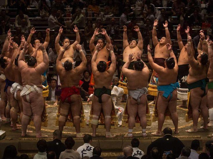 Un grupo de luchadores entran en el ring durante el torneo de Grand Sumo de Tokio en el Ryogoku Kokugikan , Japón. El Sumo japonés es un deporte que data de hace 1.500 años. Los primeros partidos de sumo eran parte de un ritual de oración dedicado a los dioses para una buena cosecha.