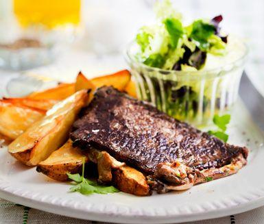Lättlagat och lyxigt recept på lövbiff, som är fylld med delikat blandning av olika skogssvampar. Servera den goda skogssvampfyllda lövbiffen med klyftpotatis och en fräsch sallad.