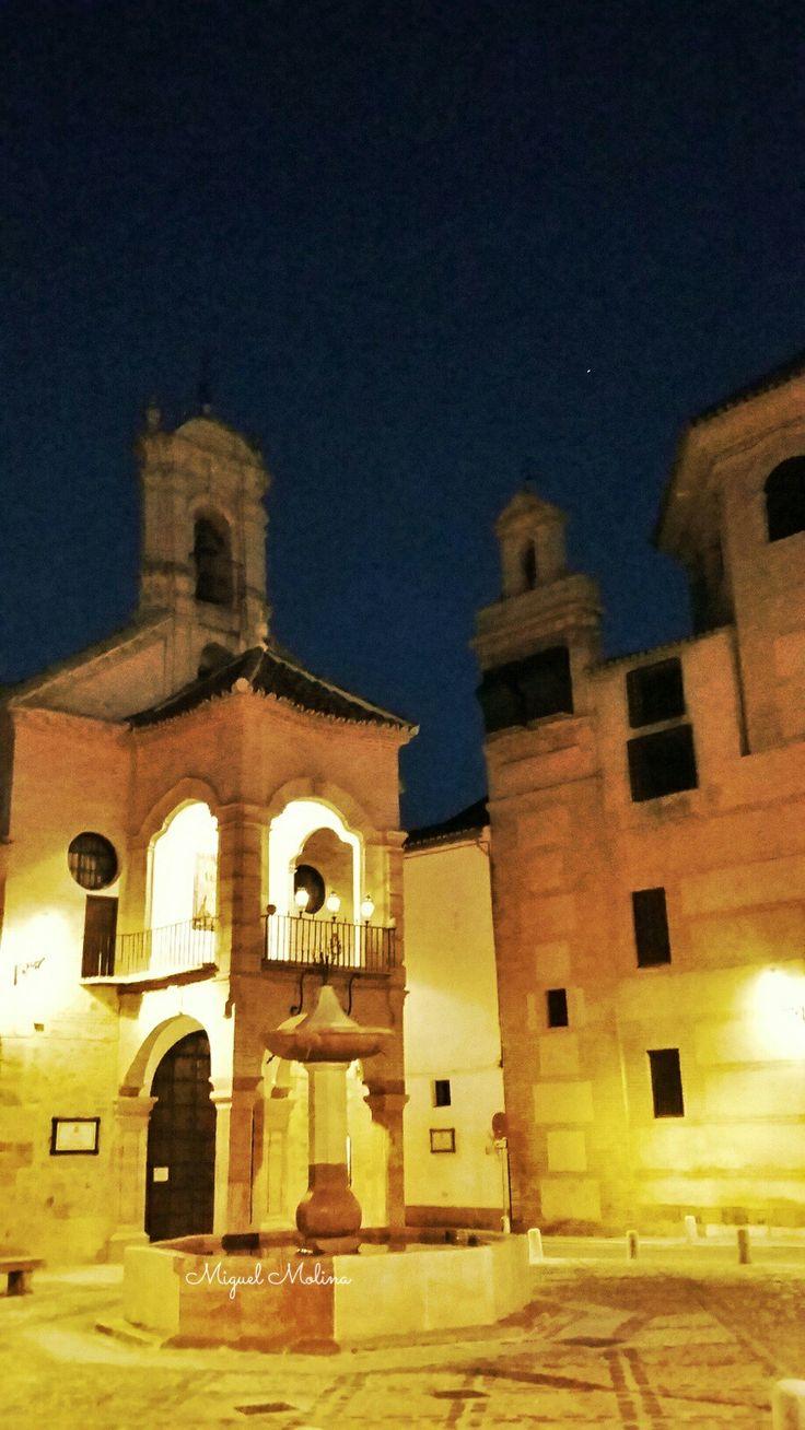 Iglesia de Santiago, a su derecha el Convento de Santa Eufemia
