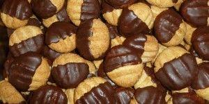 Petits gâteaux à la noix de coco (Schoco-Murbchen)  – 125 g de beurre pommade – 75 g de sucre – 1 oeuf – 200 g de farine – 1 cuil. à café de levure en poudre – 75 g de noix de coco râpée  – du chocolat à cuire pour le glaçage