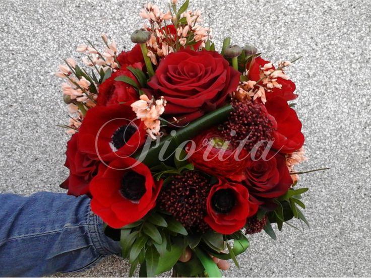 Kytka nevěsty z růží, sasanek, skimií a kručinek