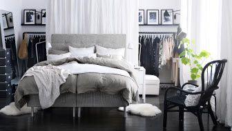 Schlafzimmer mit offener Kleidungsaufbewahrung, u. a. mit SULTAN ATLÖY Bettpodest hellgrau mit BEKKESTUA Kopfteil naturfarben, LINBLOMMA Bet...