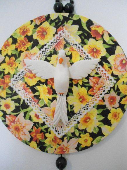 Mandala Divino, trabalhada em tecido de algodão , peças de bijuteria e Divino de resina.  Peça única.  Diâmetro: 17,50 cm R$ 48,00