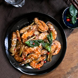 Thai style tom yum prawns, an appetizing, spicy and tangy dish - perfect with rice!