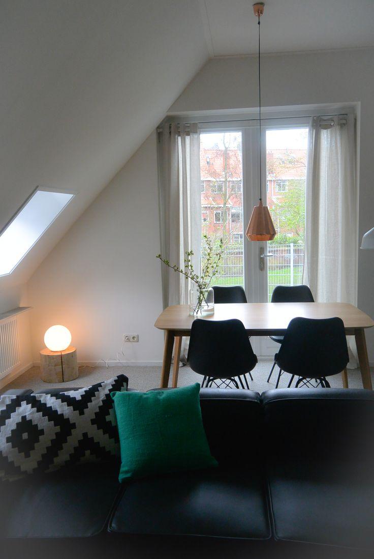 Appartement 1. Tafel en stoelen (Jysk), kussens (Hema en Ikea), hanglamp (Sissyboy), bollamp (Ikea), gordijnen (Kwantum), bank (privébezit eigenaren)