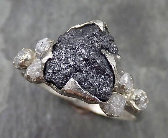 Onbewerkte ruwe Black Diamond Multi steen Ring 14 k White Gold Engagement birthstone Ring byAngeline Ik heb gemaakt deze instelling in wax dan gegoten in gerecycleerd effen 14k goud op mijn thuis studio. Deze mooie ruwe ruby ring is een grootte 7 1/4 die het kan worden verkleind. De black diamond meet 9 X 9 mm en de zijkant diamanten maatregel ongeveer 3mm Ik heb gemaakt een rustieke textuur in het goud. Tijdens alle tijd en geschiedenis, in elke stam en cultuur rondom de wereld krista...
