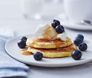Är söndagsfrukosten komplett utan amerikanska blåbärspannkakor? Tveksamt va! Här är i alla fall ett smarrigt recept på läckra pannkakor som serveras med färskost, lönnsirap och färska blåbär. Helgen är räddad!