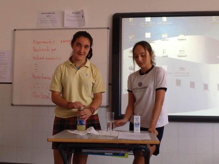 Aitana y Julia de 3ºB han mostrado al resto de sus compañeros cómo se produce una reacción exotérmica al poner en contacto el bicarbonato sódico con el ácido cítrico contenido en un zumo de limón.